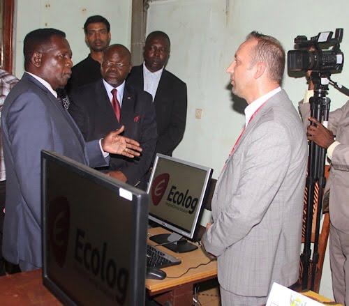 Ecolog internatiional fait un fon d'ordinateur à l'université de Bangui