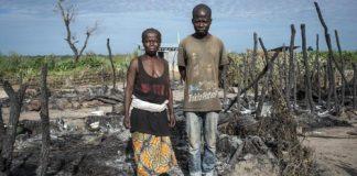 une mère et son fils au milieu de cendre de leur habitation au village centrafricain