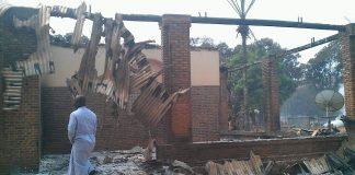 habitations incendiées par des rebelles à Alindao.