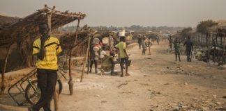 un homme fume la cigarette dans un camp des déplacés à Alindao en République centrafricaine