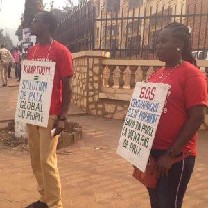 Deux manifestants du vendredi 4 janvier 2018 pour le soutien aux pourparlers de Khartoum initié par les russes. CopyrightCNC.