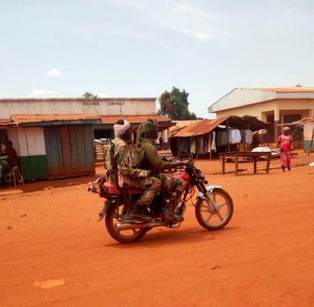 Deux combattants rebelles du FPRC sur une moto circulant dans la ville de Bria le 7 mars 2019. Credit photo Moïse Banafio / CNC.