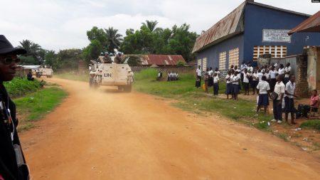 Des Casques bleus patrouillent près de Kananga, dans le Kasaï central, en RDC, le 11 mars 2017