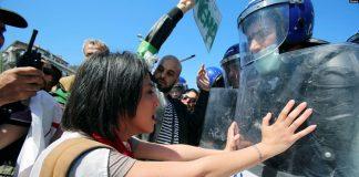 Des officiers de police et des manifestants s'affrontent lors d'une manifestation du 1er mai à Alger en Algérie le 1er mai 2019