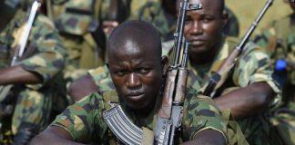Des soldats nigérians écoute leurs supérieurs lors d'un entraînement à Makurdi au Nigeria le 4 octobre 2017