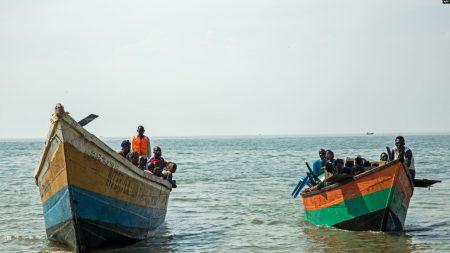 Figure Des bateaux transportant des réfugiés congolais traversent les eaux du lac Albert à Sebagoro en Ouganda le 15 février 2018