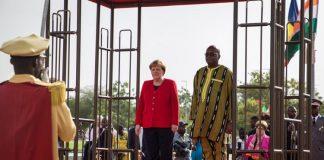 La chancelière allemande Angela Merkel à gauche aux côtés du président du Burkina Faso Roch Marc Christian Kabore lors d'une d'cérémonie de bienvenue à Ouagadougou en mai 2019