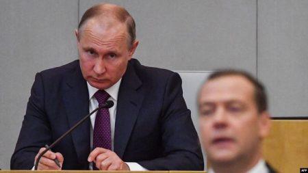 Le Premier ministre russe par intérim Dmitri Medvedev et le président Vladimir Poutine assistent à une session de la Douma d'Etat à Moscou le 8 mai 2018