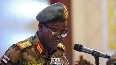 Le porte-parole du Conseil militaire au pouvoir au Soudan, Lieutenant Général Shams El-Din Kabbashi en conférence de presse à Khartoum, le 7 mai, 2019