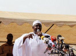 Le président gambien Adama Barrow prononce un discours lors de sa visite à Faraba Banta le 22 juin 2018