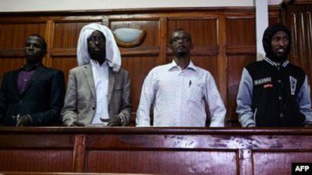 Quatre suspects de l'attaque de l'Université de Garissa, dont Mohamed Ali Abikar et Hassan Edin Hassan (sur la droite), au tribunal à Nairobi, le 29 janvier 2019.