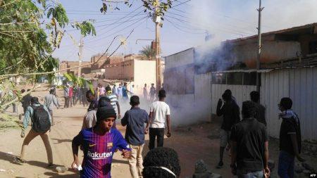 La police dispersent des manifestants à coup de gaz lacrymogène à Khartoum-Soudan-24 février 2019
