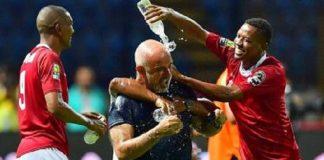 Les joueurs malgaches arrosent leur entraîneur après la victoire contre le Nigeria.