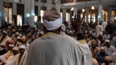Un imam dirige la prière Jumu'ah à la mosquée centrale de Lagos