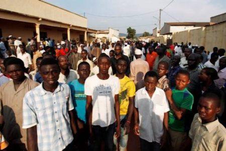 Les habitants du quartier Bornou de Bambari régardent une patrouille des soldats de la Minusca le 10 janvier 2018. Crédit photo : Bertrand Yékoua / CNC.