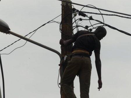 Image d'illustration d'un technicien de l'ÉNERCA en pleins travaux