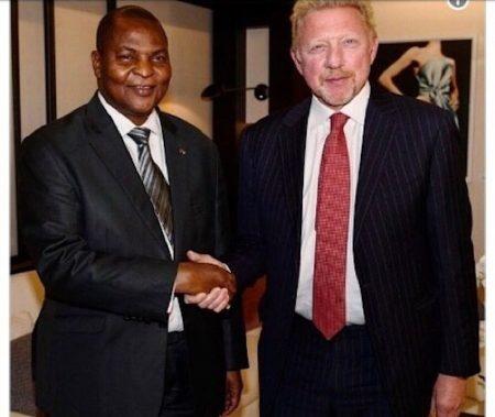 Échange de main entre le Président centrafricain et l'ancien star du tennis allemand Boris Becker détenteur d'un passeport diplomatique centrafricain.