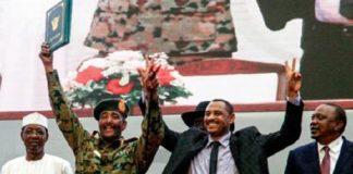 L'accord a été signé dans une ambiance de fête par Ahmad Rabie (à droite), l'un des leaders des manifestations pro-démocratie, et le général Abdel Fattah al-Burhan, chef du Conseil militaire de transition.