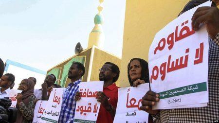 Des journalistes soudanais manifestent contre les restrictions des libertés de la presse à Khartoum - au Soudan - le 15 novembre 2017