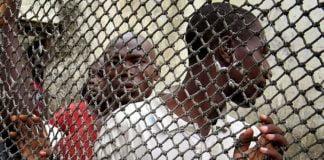 Des prisonniers font la queue à l'intérieur de la prison centrale de Douala - le 8 mars 2006