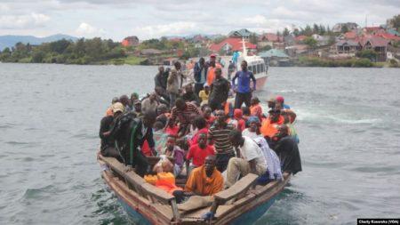 Vingt-cinq personnes dont un enfant ont été repêchées après qu'un canot rapide a chaviré dans le lac Kivu. VOA/Charly Kasereka