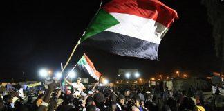 Les manifestants soudanais se réjouissent après un accord conclu avec le conseil militaire pour former une transition de trois ans en vue de transférer