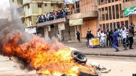 Les manifestants ont allumé un feu dans une rue pour demander la libération du politicien ougandais Robert Kyagulanyi, connu sous le nom de Bobi Wine, récemment arrêté pour trahison et possession d'armes à feu à Kampala, en Ouganda, le 20 août 2018.