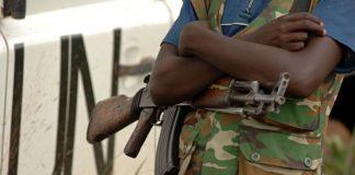 Un combattant de la Force de résistance patriotique de l'Ituri - FRPI - debout à côté d'un véhicule de la Monusco - près de Tchei - Ituri - 28 juillet 2006