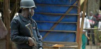 Un policier alerte près de l'entrée du congrès du Front social-démocrate du Cameroun (SDF) à Bamenda. (Image d'archives)