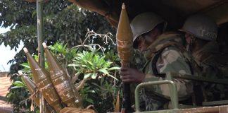 deux soldats FACA en patrouille à Bangassou, au sud-est de la République centrafricaine.