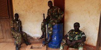 deux rebelles de l'ex-coalition Seleka en patrouille dans la ville de Bambari