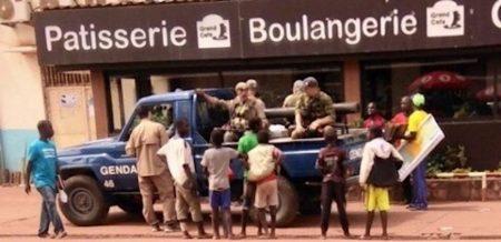 Des militaires russes dans un pickup de la gendarmerie à Bangui, République centrafricaine