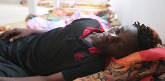 Souleyman Coulibaly, un migrant malien - secouru après le naufrage du bateau à bord duquel il se trouvait - se repose dans un centre du Croissant-Rouge dans la ville côtière tunisienne de Zarzis - le 4 juillet 2019