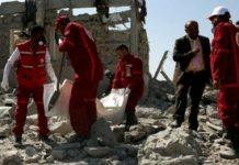 Des employés équipes de la Croix-Rouge à la recherche de survivants sous les décombres