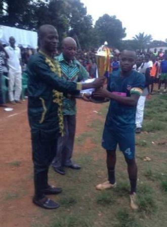 Remise du trophée à l'équipe gagnante par l'organisateur Rodrigue Rebaile Dalemet . Copyright2019CNC.
