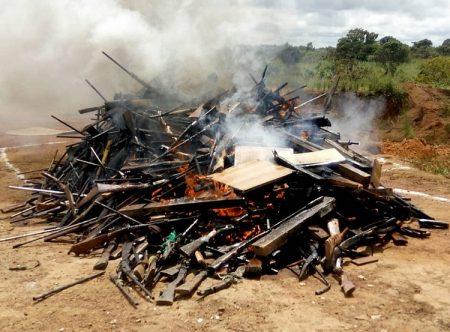des milliers d'armes de fabrication artisanale et des fusils d'assaut incendiés par la Minusca le 5 octobre 2019 à Bouar. Crédit photo- Gervais Lenga pour CNC.