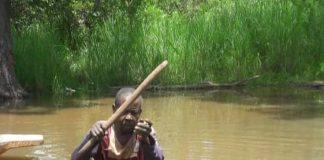Le pêcheur qui a retrouvé le corps de Monsieur Kamisse sur la rivière Koto le 12 octobre 2019. Crédit photo Moise Banafio / CNC.