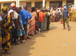 Centrafrique : Le gouvernement centrafricain rapatrie les réfugiés centrafricains du Congo Démocratique 396 réfugiés centrafricains vivant au Congo Démocratique sont de retour à Bangui jeudi 21 novembre 2019 avec le concours des gouvernements Centrafricain, Congolais et du Haut-Commissariat des Nations Unies pour les Réfugiés (UNHCR). Ils ont été accueillis ce matin au port Amont par les autorités centrafricaines et congolaises. Il s'agit d'une première vague des 1 000 réfugiés centrafricains présents sur la terre congolaise, qui ont été ramenés volontairement grâce à la signature d'un accord tripartite entre le HCR, le gouvernement Centrafricain, de la RDC et du HCR au mois de juillet dernier. Ce cadre juridique encadre le retour volontaire des 400 réfugiés centrafricains dans la dignité et la sécurité. Pour Virginie Baïkoua, ministre de l'action humanitaire, « Des dispositifs sécuritaire, sanitaire, judiciaire ont été pris pour faciliter ce retour. 396 de nos compatriotes, sur les 4000 au RDC, ne sont plus des réfugiés, c'est avec beaucoup de sentiments que nous les avons accueillis », a déclaré Virginie Baïkoua. Des mesures sanitaires ont été prises par la Centrafrique craignant d'être exposée par le virus Ebola qui sévit depuis un an au Congo. Pour cela, une équipe de veille et de contrôle a été installée sur le rivage, « une équipe de surveillance et de lavage des mains est installée. Des appareils de détection des signes d'Ebola nous ont été remis. Au cours de ces observations, quelques personnes ont une température au-dessus de 38°c », a relevé la responsable du centre ambulant de santé, Emma Mbilinaguéra Babo. A en croire le Représentant du HCR en Centrafrique, Buti Kale, ce n'est qu'une première série des retours volontaires qui seront « organisés hebdomadairement pour favoriser le rapatriement total des réfugiés centrafricains au Congo Démocratique », a annoncé Buti Kale. Il y a quelques jours, les réfugiés du Cameroun sont aussi rapatriés par les gouverne