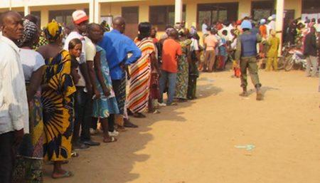 les électeurs devant un bureau de vote à Bangui le 31 mars 2016