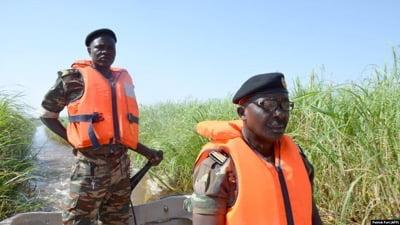 Des soldats camerounais patrouillent le Lac Tchad le 1er mars 2013.