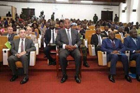 Le Président Faustin Archange Touadera entouré de l'ambassadeur de France en Centrafrique et le ministre chargé du sécrétariat du gouvernement