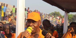 Le premier sécrétaire général du parti KNK Bertin BÉA lors du meeting de Boy-Rabe le 7 décembre à Bangui. Crédit photo : Jefferson Cyrille Yapendé/CNC.