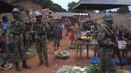 Patrouille des soldats FACA dans le marché de Bangassou. Crédit photo : Félix Ndoumba / CNC