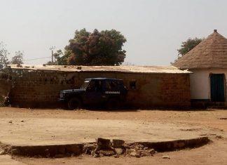Un véhicule d'intervention de la police stationné derrière un maquis à Bouar. Crédit photo : Gervais Lenga / CNC.