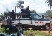 véhicule de patrouille de l'OCRB antigang devant l'école nationale de police avec des policiers debout à côté le 5 août 2019 par micka du cnc