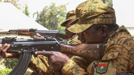 Des soldats burkinabés effectuent un exercice de rechargement tactique près de Po - au Burkina Faso - le 17 février 2019