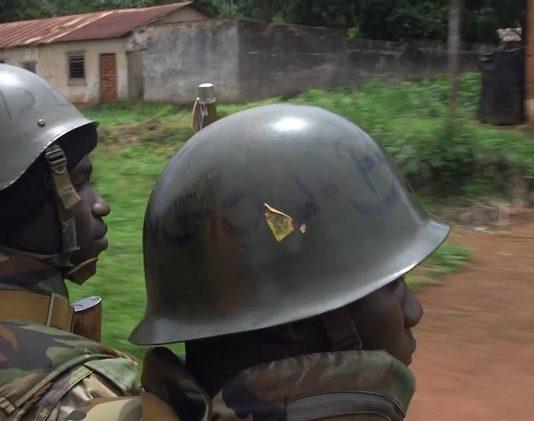 deux soldats faca en casques blindés militaires dans leur pickup en patrouille à Bangassou
