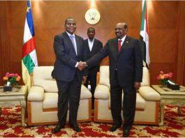 L'ex-chef d'État soudanais Omar El-Bechir et le Président centrafricain Faustin Archange Touadera lors de paraphe de l'accord politique pour la paix et la réconciliation en République centrafricaine à Khartoum, au Soudan. CopyrightDR.