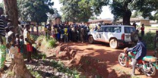 Une patrouille des forces de la Minusca parlant aux habitants du quartier Évêché à Bambari le 13 mai 2019. Crédit photo : Bertrand Yékoua / CNC.