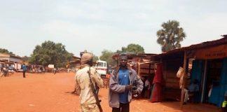 Un combattant rebelle du FPRC parle à un habitant de Bria, dans la préfecture de Haut-Koto. Crédit photo : Moïse Banafio/CNC